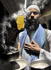 El cremador d'encens (Sergi Bernal) Tags: santa india color rio de nikon asia muslim varanasi catalunya mm af d200 sergi bernal antic madre ganga ganges benares coloma musulman incienso encens casc gramenet fum mistico 2485 mistics misticisme