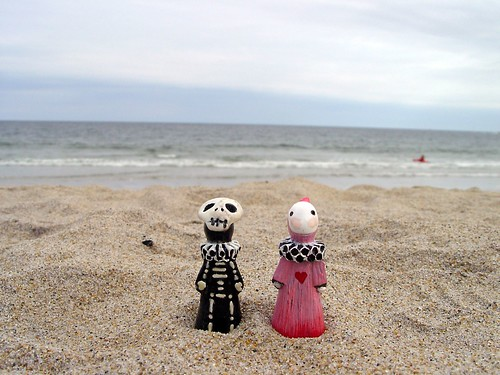 Skelly and Sakura enjoy a day at the beach