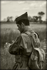 (Bernard Schul) Tags: war overlord tribute normandie airborne normandy dday commemoration thelongestday rencontresphotographiquesdartlon2010 bernardschul reenactmentunprsentautempspass