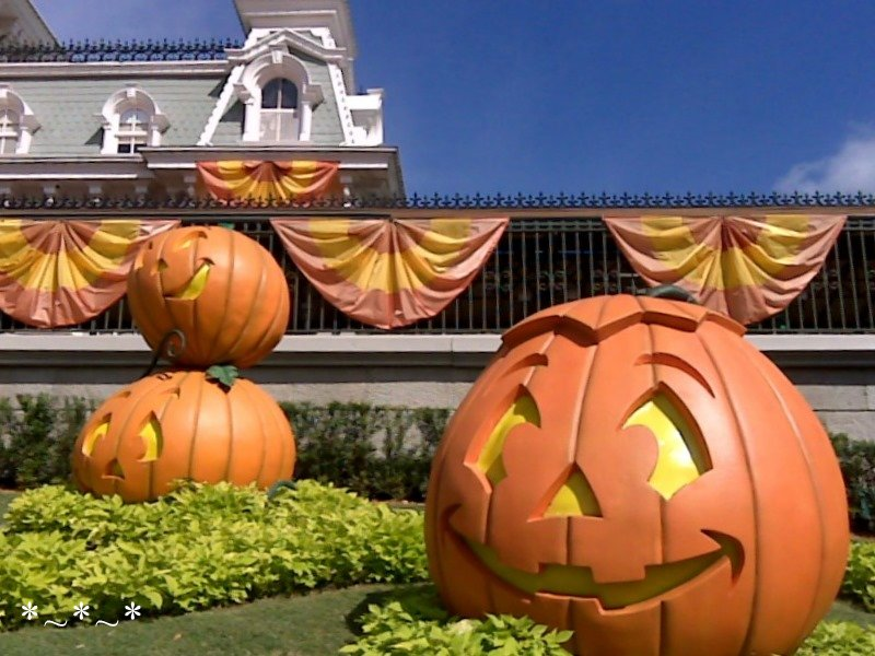 IMG00919-Disney-Magic-Kingdom-Halloween-Deco-Entrance-Jack-O-Lanterns