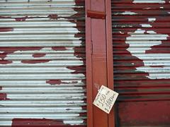 (no.me.diga) Tags: cortina rojo sur lata temuco precio papelito descascarado