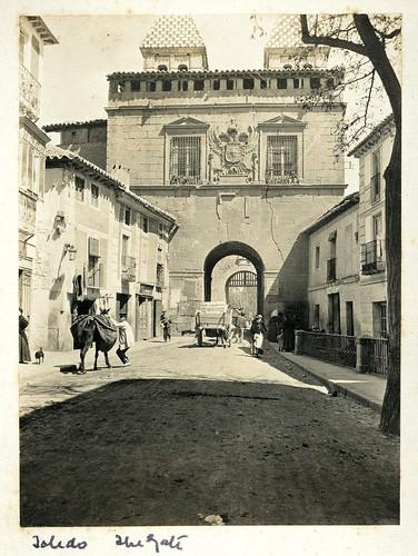 Puerta de Bisagra hacia 1890. Casa de los Tiros, Granada.