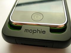 De iPhone reikt niet tot de onderkant van de case; er zit een ruimte tussen.