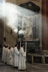 Ai piedi di Pietro per ricevere la luce di Cristo (Luigi Mancini) Tags: rome roma canon romani flickrsbest bej canoniani canonianiromani