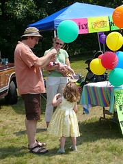 Eric gets Charlotte a baloon (alist) Tags: dublinnh robison cassiecleverly alicerobison july2008 ajrobison
