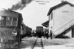 Un train de marchandises et un autre de voyageurs se croisent à la gare d'Orgelet