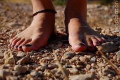 de tierra (Alicia Palazn) Tags: woman feet mujer stones pies piedras tobillos uaspintadas aridez