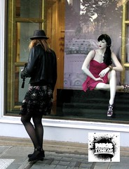 Dialogue ? (Pegasus & Co) Tags: world life street city urban woman inspiration news paris cute sexy art girl beautiful beauty fashion lady composition nice photographie legs emotion feminine candid femme transport culture beaut belle his