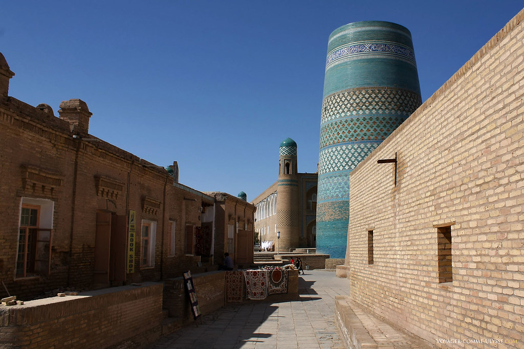 Au bout de la rue, Kalta Minar, ce qui aurait du être le plus grand minaret d'Asie Centrale