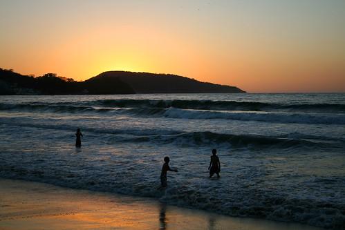 Niños en la Playa 3/5, Puesta de sol, Rincón de Guayabitos, Nayarit, México por ornitorrin&co..