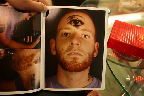 三隻眼紋身貼紙的男人