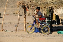 Basta poco ... (ste-1965) Tags: canon children desert bambini egypt cycle viaggio egitto sharm deserto bicicletta blueribbonwinner eos400d goldstaraward ste1965
