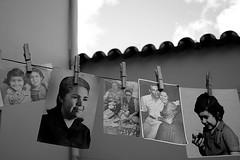 pendurando lembranas... (Fabiana Velso) Tags: blackandwhite branco preto explore fotos pretoebranco varal lembranas pregadores duetos retratosantigos fabianavelso