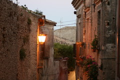 gerace all'imbrunire (antonello.tommy) Tags: travel light sunset shadow sky italy panorama italia tramonto sony bynight ombre cielo luci colori rc calabria notte paesaggio lampione sera balcone notturno reggio gerace