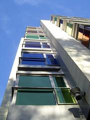 Mirando al cielo (Manu B 81) Tags: blue luz sol azul ventana edificio sombra colores bilbao ventanas cielo hesperia bizkaia euskadi vizcaya bilbo basquecountry paisvasco foco