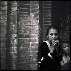 along the silk road - Kasghar - old town - kids (Anders fverstrm) Tags: china blackandwhite bw 120 6x6 girl kids square xinjiang kashgar 100 oldtown anders 2011 yashica124g fujineopanacros autaut eastturkistan fvrestrm