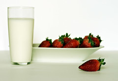 il pOstO deLLe frAgoLe (vale3kit) Tags: stilllife glass milk strawberries latte ricordi bicchiere fragola vetro fragole ingmarbergman ricordo smultronstllet cambiare crescere linfanzia lucacarboni aplusphoto ricordidinfanzia dabambina sonolontaniqueimomenti lavitaerapifacile esipotevanomangiaranchelefragole