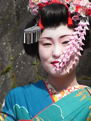 Geisha student posing ... (Ginas Pics) Tags: girls people woman man color girl beautiful japan interestingness interesting kyoto colorful vivid posing explore maiko geisha nippon gion extraordinary prettygirl exceptional travelphotography ginaspics  maikohenshin explored 100commentgroup nipponmaiko geishastudent nippongeisha kyotogeisha