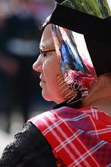 Waar gaan dit jaar de centjes naartoe? (Plutone (NL)) Tags: red portrait woman female spiegel femme zeeland portret rood vrouw profil tartan klederdracht prinsjesdag ruitjes kurketrekker