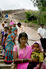 Sravanabelgola, sanctuaire jain (Calinore) Tags: portrait people woman india stairs asia femme religion bebe karnataka enfant mere everydaylife jain inde escaliers sanctuaire jainism sravanabelgola viequotidienne jainisme