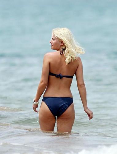 Elisha Cuthbert in bikini