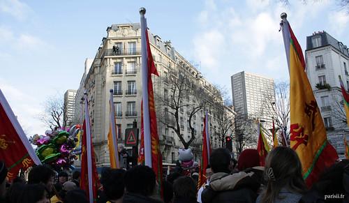 De nombreux drapeaux jaunes et rouges décoraient les rues parisiennes