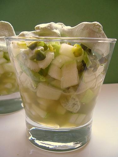 Bicchieri con mela verde e pistacchi