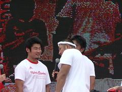 ゴリちゃんに絡まれる今村選手(左)