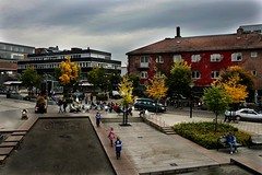 Asker, Norway in Autumn Colours (trondjs) Tags: plaza city autumn people building norway canon buildings town interestingness europe cityscape village outdoor sigma wideangle explore 1d mk2 dslr scandinavia akershus 2008 eos1d coffehouse asker aperturepriority 1dmk2 1dmarkii canoneos1dmarkii sigma2460 eos1dmarkii 1dmkii interestingness231 i500 exploreinteresting7days trondjs sigma2460mm sigma2460mm128exdg tettsted explore27sep2008 scandinavianlights tettstedet tengoodphotos2 sigma50th
