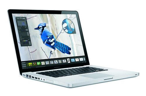 MacBook Pro 外觀與 Macbook 幾近一樣,只是加入了 ExpressCard 插槽而已。