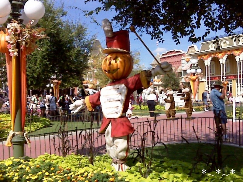 IMG00927-Disney-Magic-Kingdom-Halloween-deco-drum-major