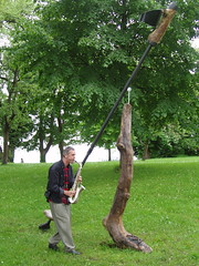 Nordic-Walking sculpture (mo_metalart) Tags: skulptur nordic nordicwalking walkathon weingarten metallskulptur metallkunst schussental materialkombinationstahlholzstein kunstmithumor bodenseetreibholz mircosiakkouflodin nessenreben