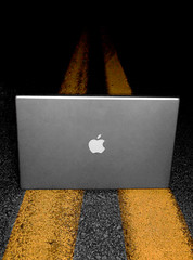 MacBook Pro (Hunter Cape) Tags: road street apple yellow macintosh amazing nikon aluminum streetphotography pro coolness yellowline d40 macbook gulmidtstripe lolomademedoit