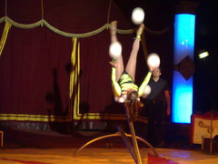 Acrobatic juggler