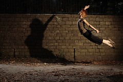 Linda - Peter pan (Jon_Senior) Tags: park shadow girl jump peterpan linda shade parc strobist sautisme