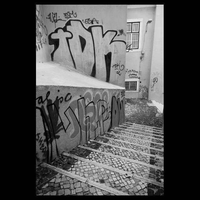 escadas em alfama - graffitis