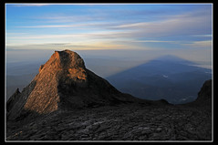 Amanecer en la cumbre del Monte Kinabalu, Borneo... ([cation] (totally off...)) Tags: voyage travel viaje mountain sunrise nikon southeastasia sombra ombre explore amanecer borneo montaa sabah kinabalu malaisia d300 cation