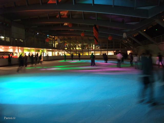 La patinoire est relativement de grande taille