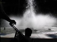 hoy (Sili[k]) Tags: water fountain contrast contraluz kid agua fuente contraste duotoned nio almera duotono