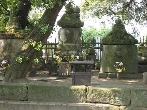 樹木に囲まれ静かに眠る海女の墓