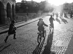 (::::) Tags: italy bicycle kids contraluz children kid child bicicleta running run nios nia verona bici criana crianas nio itlia correndo correr