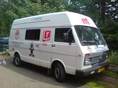 Bus met witte onderkant (HarmvVugt) Tags: camper lt bouw lt35