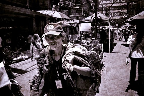 Hidalgo, Quiapo, Manila  Pinoy Filipino Pilipino Buhay elderly man walks on the street with his belongings, old city people pictures photos life Philippinen  菲律宾  菲律賓  필리핀(공화국) Philippines