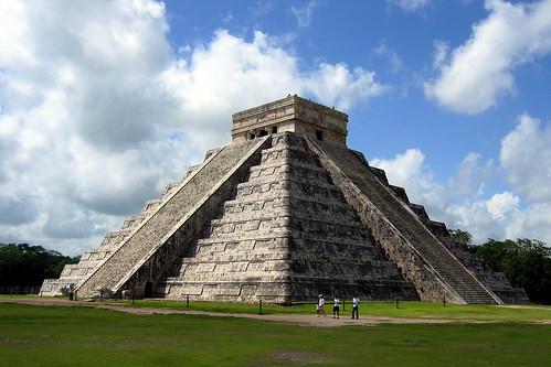 Et si installait côte à côte au sommet de notre pyramide juridique, le droit dauteur et le droits des utilisateurs ? (Pyramide in Chichen Itza. Par tschaena. CC-By-NC-SA. Source : Flickr)