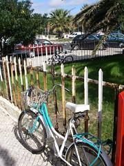 Bicicletas estacionadas junto ao quiosque-bar