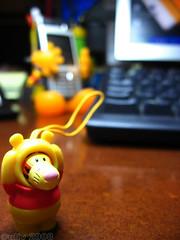 disfrazado - disguised (uliv (Eduardo)) Tags: trabajo dof ordenador movil oficina pooh disfraz tigger winnie telefono mesa figura ltytr1 macromondays
