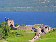 Urquhart Castle (Bert Kaufmann) Tags: uk castle scotland meer unitedkingdom fort britain loch chateau urquhartcastle lochness ness engeland urquhart kasteel schotland drumnadrochit burcht
