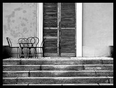 *biancoNero (•:• panti •:•) Tags: scale blackwhite bn finestra persiana sedie tavolo sedia biancoenero