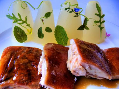 Cochinillo con peras al albariño y ensalada aromática