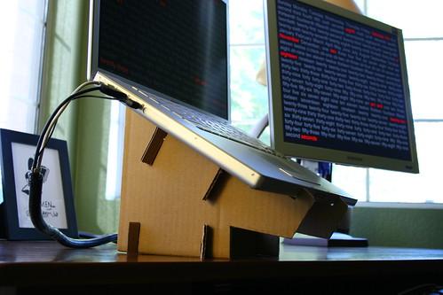 Man kunne jo også lave sin egen computerholder i pap, hvis man står og mangler sådan én, når man spiller DJ-set fra den bærbare. Foto: Tomas Carrillio, Flickr
